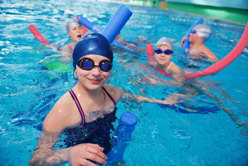 benefícios da natação para o desenvolvimento infantil